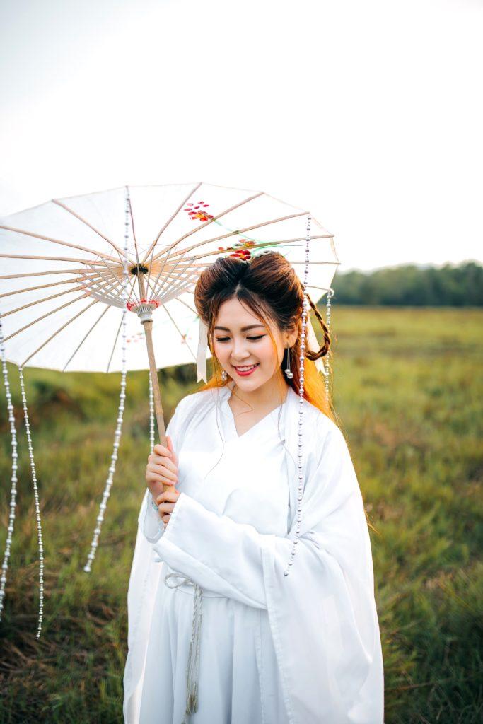 femme chinoise habillée en blanc